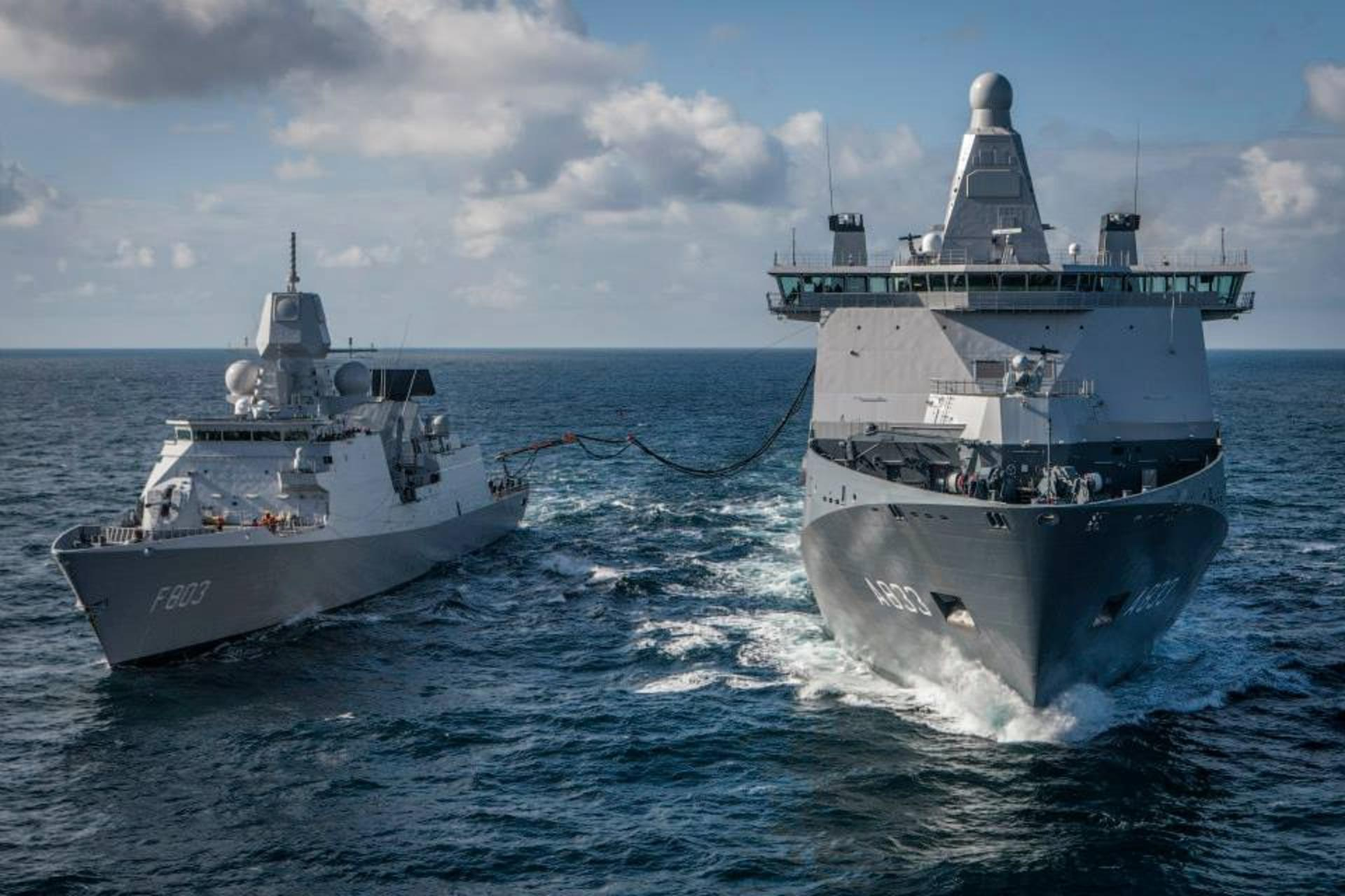 Karel Doorman refuels HNLMS Tromp